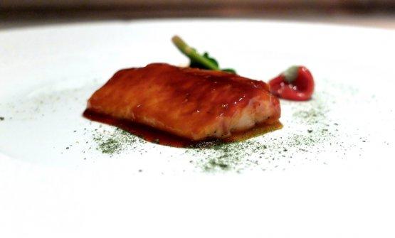 Gallinella in umido di appiccatelli vesuviani, spinaci saltati e pinoli. Il pesce è glassato con una teriaki fatta non con la soia, ma con i pomodorini