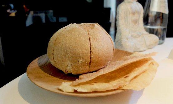 Ottimo il pane, da lievito madre. Il 30% della farina è di Macino, la farina ottenuta dalle vinacce d'uva ideata da Roberto Franzin (ne abbiamo parlato qui: Franzin vola alto col Tarabusino). Poi burro al sale Maldon, pane carasau tostato, olio Agrestis, un extravergine siciliano da coltura bio