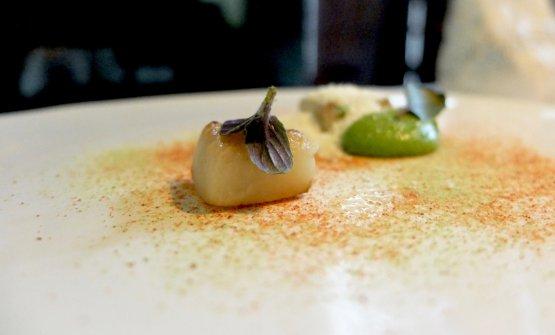 Ratatouille:melanzana violetta tostata, pesto di zucchine, polvere di peperone, formaggio gelato (capra/mucca)
