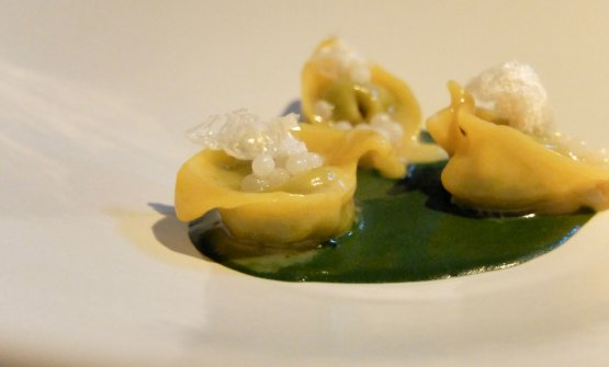 Another very elegant dish: Cappellacci with snails, nettle pesto, bagna caoda. Earthy and sapid notes in a powerful and delicious dish, very charming. Paired with Bourgogne Chardonnay 2013 from Domaine Francois Carillon