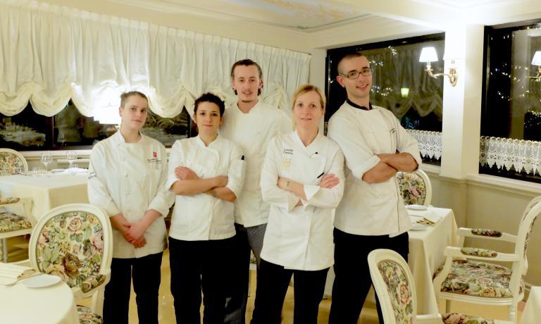 La brigata di cucina dell'Opéra: la nuova stagista Giada Pellacini, Jessica Della Ratta, Guglielmo Regina, Loretta Fanella, Gabrio Dei