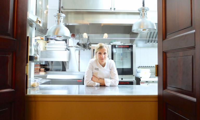 Loretta Fanella al pass del suo nuovo ristorante Opéra, all'interno del Relais Sassa al Sole a San Miniato (Pisa). La famosa pastry chef firma il menu - sia la parte dolce che quella salata - solo dal primo dicembre, ma mostra già tutta la sua classe (fotoTanio Liotta)