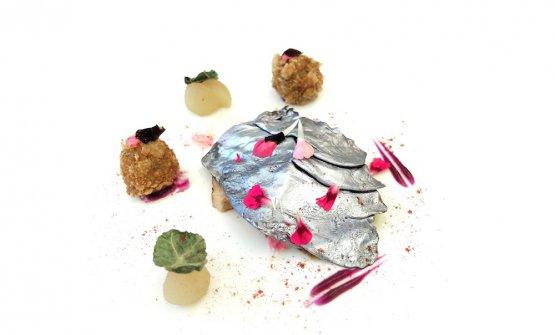 Petto d'anatra marinato con yogurt e paprika, cavolo viola, mele acidule all'aceto di vino, crocchette di fegato d'anatra