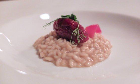 Risotto Carnaroli Ecorì mantecato all'aglio nero fermentato, tartare di cervo leggermente affumicata, cipolla di Tropea in agrodolce, germogli di piselli
