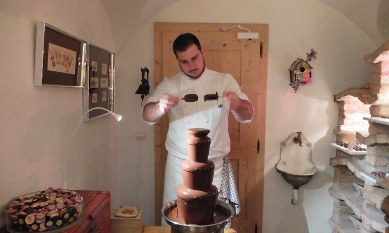 Lo chef prepara un magnum alla fontana del cioccolato