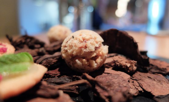 Macaron di grana alle noci con crema di mandorle