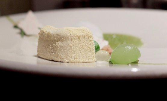 Mousse di yogurt, essenza di gin tonic, zuppa di cetrioli, mela verde, lime, crumble al ginepro