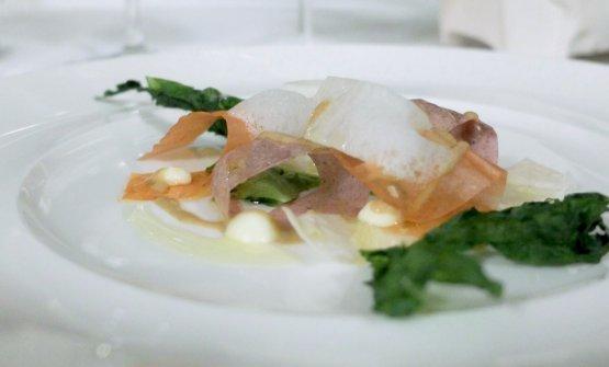 """Foglie d'aMare, piatto interessantissimo. Riprende l'idea di un'insalata di mare proponendo delle """"foglie"""" essiccate di polpo, calamaro, gambero enasello, dalle texture davvero particolari. Poi riduzione di cozze, agro al miele, alga disidratata. Costa: «Foglie d'aMare perché come si fa a non amare un piatto che ti restituisce in maniera così forte, immediata e sorprendente tutto il sapore del mare?»"""