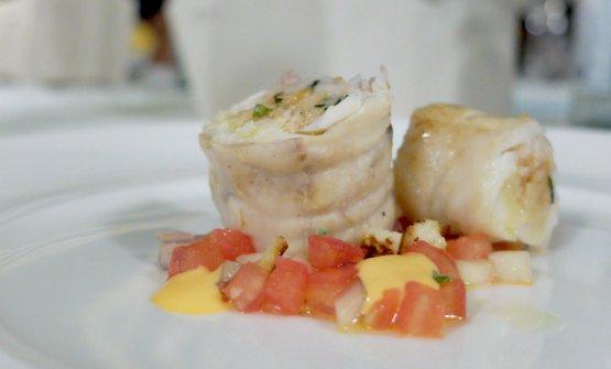 Falsomagro di rana pescatrice, pangrattato ecaciocavallo conpanzanella estiva di cetrioli, pomodoro ecipolla