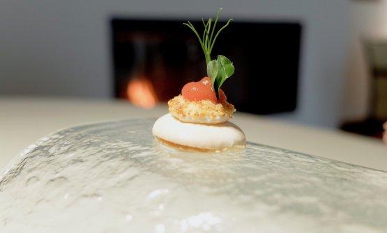 Macaron con ricotta piccante, bottarga di SanPietro e gel di pomodoro