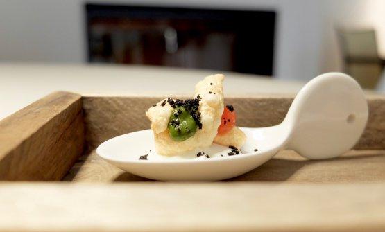 Fusillo soffiato con gel di pomodoro e basilico, polvere di olive nere e prescinsêua