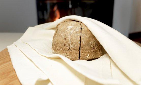 Il pane maison alla farina integrale e multicereali. S'accompagna con un burro di Carpaneto con aceto balsamico
