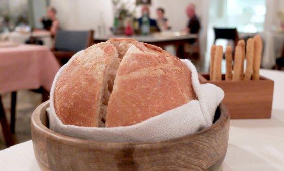 Pane e olio. Al tavolo un'ottima pagnotta calda... (le foto dei piatti sono di Tanio Liotta)