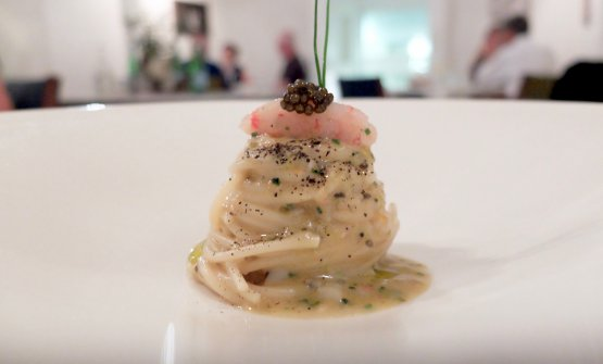 Spaghetti di mare: gambero rosso di Mazara, ricci, caviale, uova di salmone, acqua di vongole, alghe e ostrica grattugiata