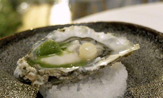 Kanazawa: ostrica Gillardeau al naturale, lime e peperoncino, sorbetto alla menta e finta perla di marzapane. Il sorbetto alla menta riproduce le nevi di Kanazawa, in Giappone