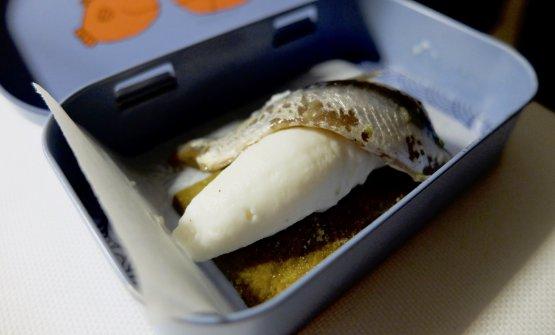 S'inizia con Crackers al basilico, ricotta ovina di Noto, alice marinata