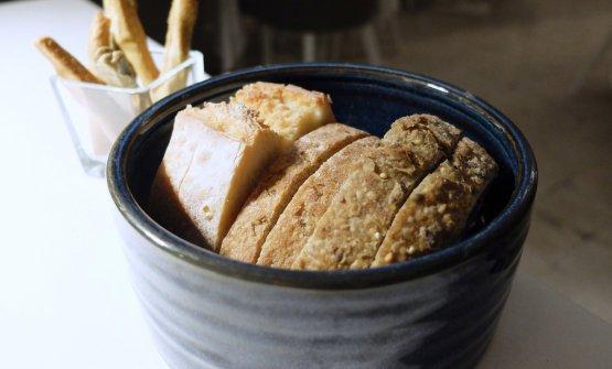 I pani sono fatti in casa (dall'alto: di grano duro, di Senatore Cappelli e di grano arso), come i grissini, in tre varianti (grano arso, Senatore Cappelli e con timo)