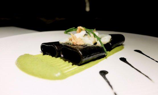 Mezzo pacchero al nero di seppia su crema di zucchine, tagliatelledi seppia, salicornia e bottarga di tonno