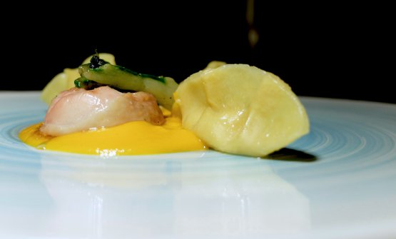 Un altro gran piatto, che valorizza e nobilita un pennuto negletto nell'alta cucina (bravi!): Ravioli ripieni di pollo al barbecue, crema di carote, limone e spinaci