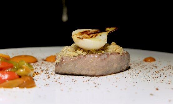 Tonno in crosta di quinoa, polvere di cipolla rossa, due tipologie di peperone arrosto, cipollotti brasati
