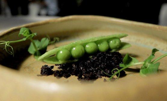 Un piccolo classico di Trentacosti, il Finto baccello di piselli, mousse di piselli e tartare di olive nere. Il baccello è in realtà un cracker