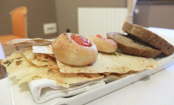 I pani, molto buoni e fatti in casa, tranne il carasau. E quindi: pane di semola di grano duro e farina integrale; focaccine al datterino e origano; crackers al curry