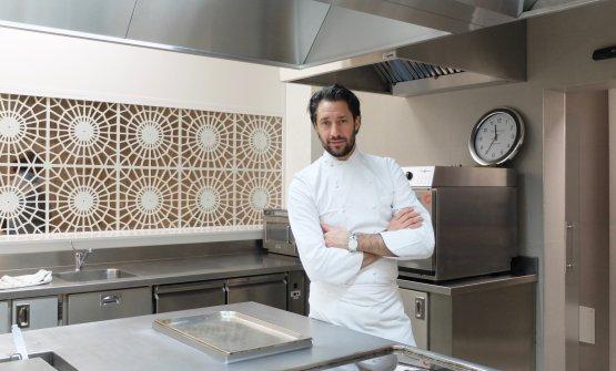 Luigi Taglienti fotografato da Tanio Liotta nella cucina del suo Lume, a Milano