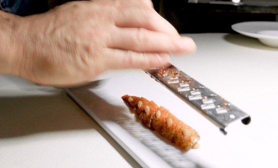 Un piatto assoluto... Christian Costardi grattugia un fegato di trigliaper ottenere la sua Triglia in Oriente, davvero spettacolare e deliziosa. La triglia è come cruda, sostanzialmente solo marinata in soia e miso bianco. Il suo fegato fresco viene pressato e congelato, così da poterlo grattugiare sopra. L'esito: il pesce ha la consistenza di un mollusco, il gusto quasi della canocchia, mentre il fegato sa di ricci di mare. Un Sauternes in abbinamento completa il capolavoro