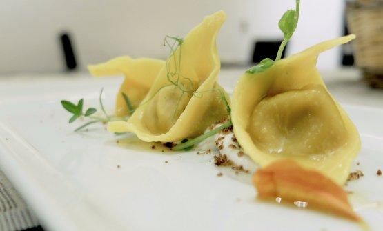 Molto buoni i Ravioli ripieni di purpuzza, crema di ricotta al tartufo e nocciole di Laconi, pane alle olive sbriciolato. La purpuzzaèuna salsiccia sarda aromatizzata con semi di origano