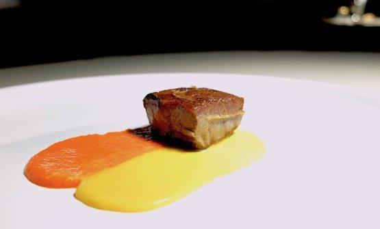 Lingua ai peperoni, rossi e gialli, con zucchero muscovado e aceto. Un riferimentoanche al Lick it up di Gaggan Anand
