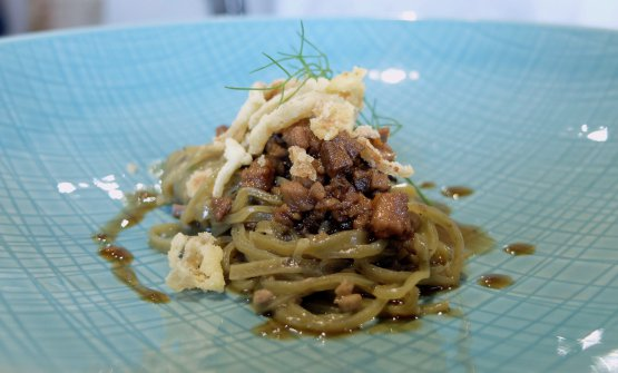 Eccellenti iTajarinai trenta tuorli al ragù di anitra, olive taggiasche e chips di finocchio. Le olive sono già nell'impasto
