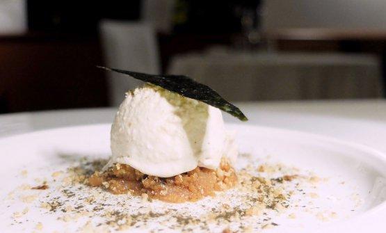 Umami, che ben rappresenta il lavoro di Manuel Costardi nel mondo dolce. Gelato di fondo di verdure, burro nocciola, polvere di shiitake, alga nori, salsa di soia, nocciole. Una delizia