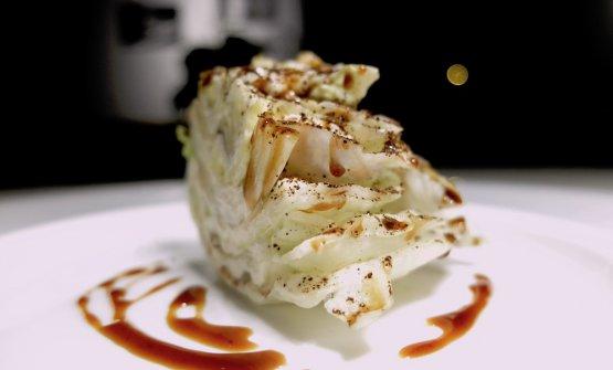 Accidia: insalata iceberg con crema di limone, polvere di caffè, sale, riduzione di birra