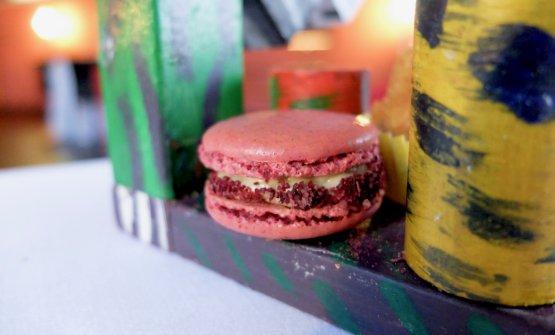 Meraviglioso il Macaron di barbabietola con emulsione di acciughe