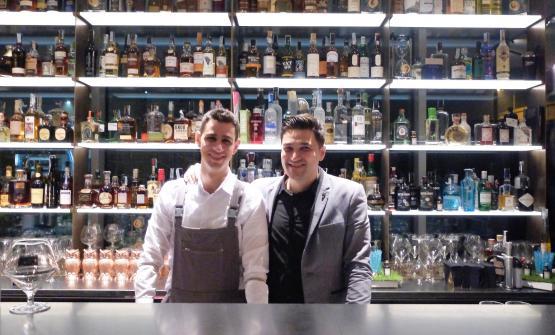 Gran classe anche al cocktail bar: firma Mattia Pastori, alla sua destra il primo barman, Ivan Patruno