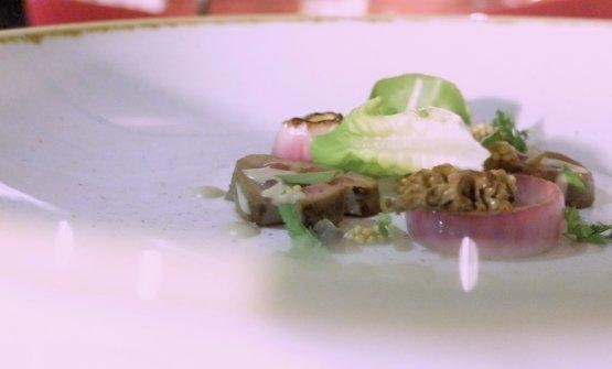 Ci saremmo aspettati qualcosa di più, visto l'andazzo, dal Rognone tonnato: rognone di vitello marinato nel latte al ginepro e appena scottato, salsa tonnata, capperi, funghi e semi di senape
