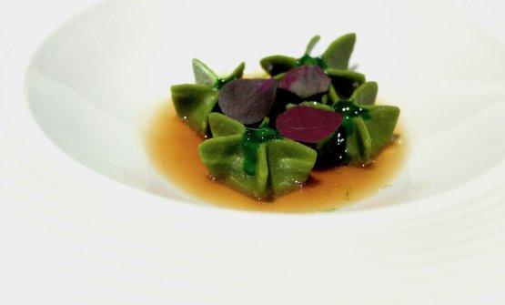 Ravioli di farina di fieno, chorizo, infusione di paglia, yka leaves.Un equilibrio magistrale, particolarissima la texture dei ravioli (molto buoni)