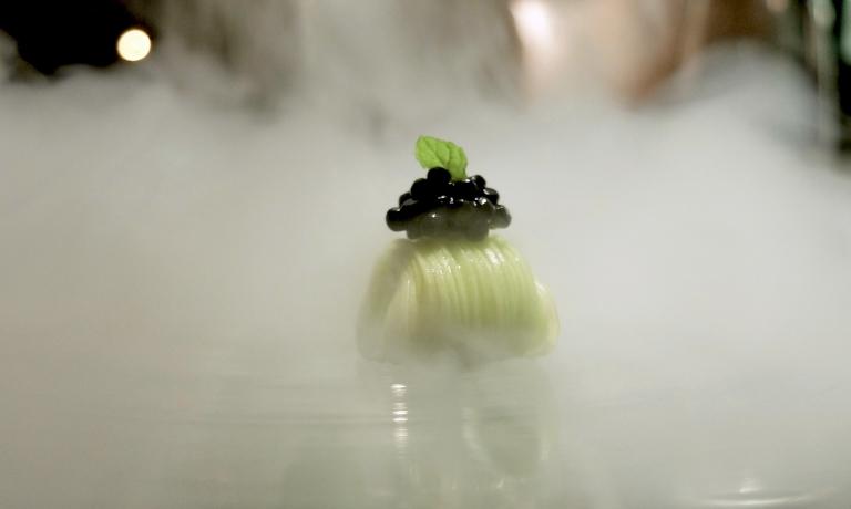 Tagliolini di zucchina, caviale di tartufo nero e menta. Buonissimi, le note aromatiche si sposano alla perfezione