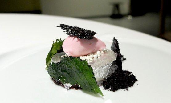 Cremoso di cioccolato bianco ripieno di liquirizia, sorbetto di aceto di shiso rosso, le sue foglie soffiate, polvere di olive nere, argento edibile