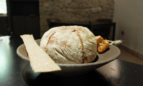 Arriva il pane, magistrale: a lenta lievitazione, con farine 1 e integrale. Poi carta musica con sale Maldon e taralli al finocchietto telesino. In accompagnamento, burri demi-sel con Pimenton de la Vera e bagnetto verde