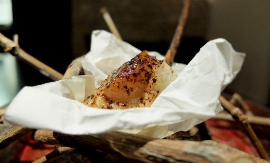 Spiedino di rana pescatrice, polvere di aglio nero, crema di umeboshi. Ancora un gran piatto, si sorseggia un eccezionale succo di rabarbaroVan Nahmen