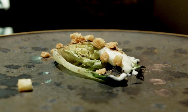 Ma incredibile, di enorme finezza è il Cuore di lattuga, maionese di acciughe, polvere di olive. Spettacolare