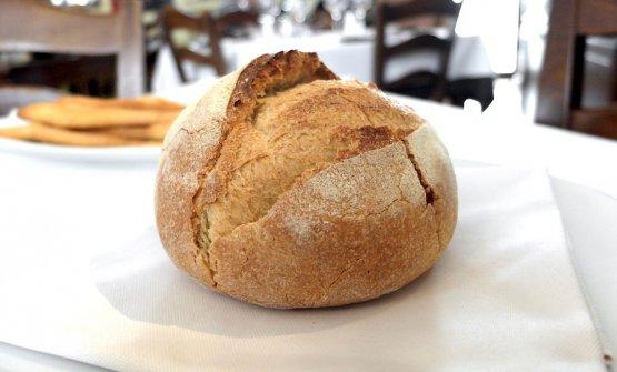 Arriva subito il pane: di farina di monococco e lievito madre. In accompagnamento, un burro di montagna da Bagolino aromatizzato con aglio disidratato
