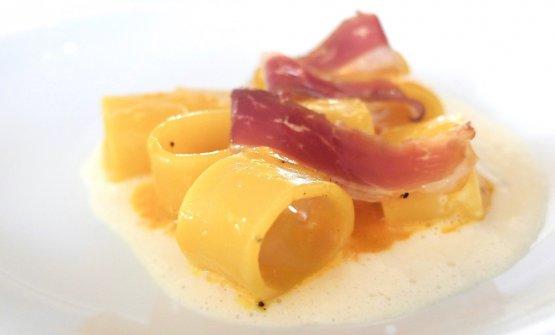 Mezzo pacchero Felicetti alla carbonara, fondente di parmigiano reggiano, speck d'anatra