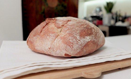 Il pane, fatto in casa. L'impasto è realizzato con farina 00, lievito madre e acqua acidula proveniente da una delle 28 sorgenti termali dei dintorni
