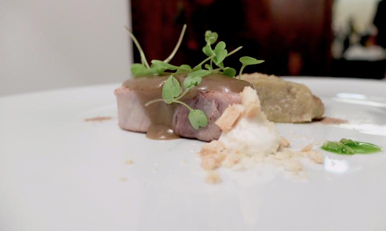 Tonno, melanzana, estratto di rucola e primosale. Il tonno è marinato e poi scottato, la melanzana è utilizzata interamente: la polpa per una quenelle stile scapece, la buccia con la soia diventa una crema che condisce il pesce. Poi biscotto all'olio evo