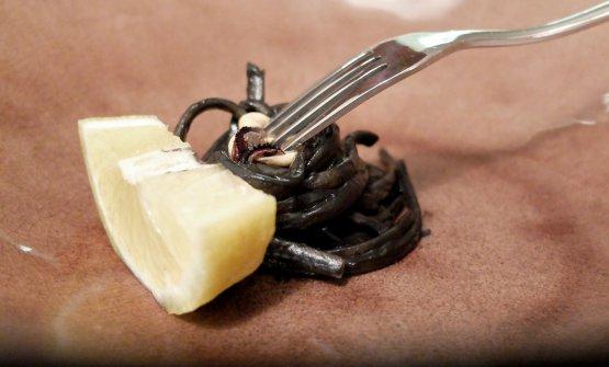 Impepa-s-ta. Assaggio di un piatto che richiama l'impepata di cozze, condendo la pasta con un'emulsione di cozze, pepe, olio e limone