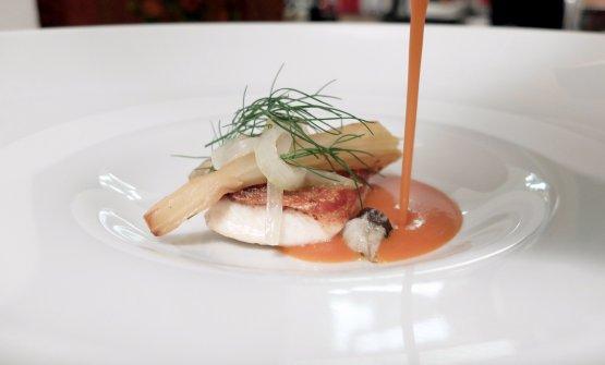 Spigola all'amo, zuppa di maruzzielli, indivia caramellata all'arancio e finocchietto. Il pesce è scottato sulla pelle. Nel bicchiereSipon Verus, 100% Furmint