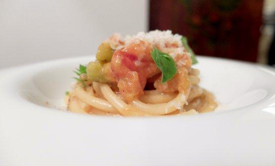Bucatino alla Mike, piatto storico del locale. Con pomodori verdi di Sorrento, Provolone del Monaco e pepe nero