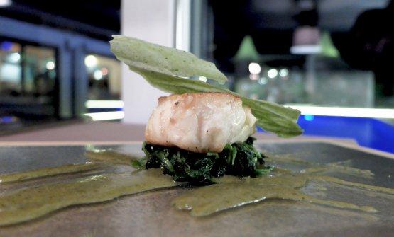 Rana pescatrice in verde, cime di rapa, aglio olio e peperoncino, chips di basilico e salsa di bagna càuda